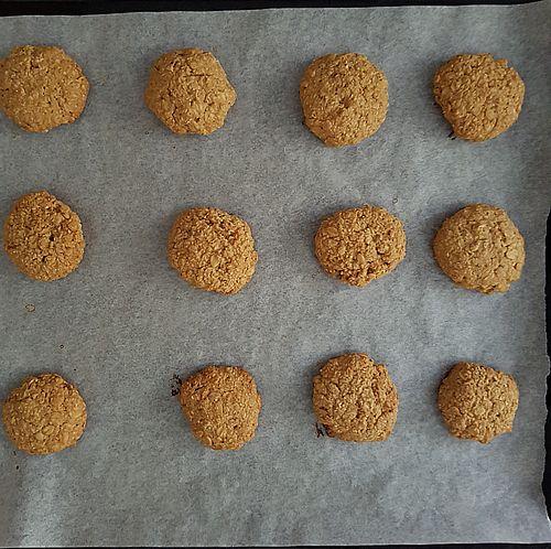 Biscotti con crema di arachidi, fiocchi d'avena e sciroppo d'acero